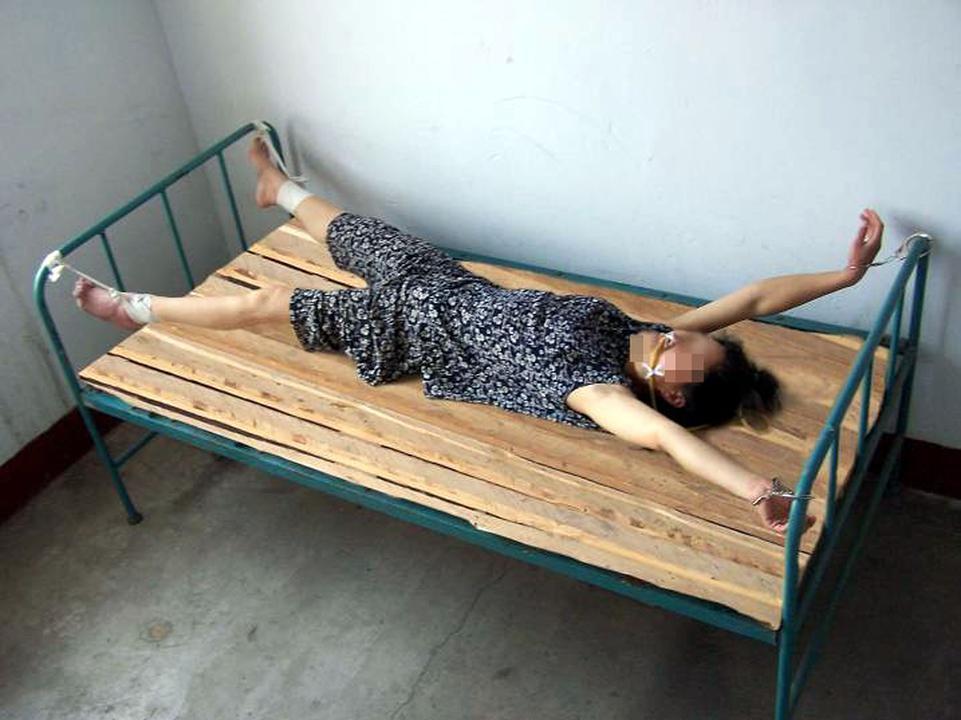 распятая в постели девушка женщина фото